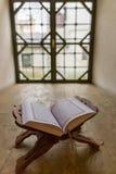 在窗口适当位置的圣洁古兰经 库存图片