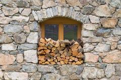 在窗口里堆积的木柴logpile 免版税库存图片