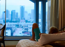 在窗口附近的一个男孩 免版税库存照片