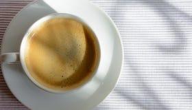 在窗口附近的咖啡杯 库存照片
