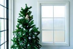 在窗口附近的树圣诞节 免版税库存照片