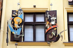 在窗口,巧克力车间的美丽的艺术性的快门  库存图片