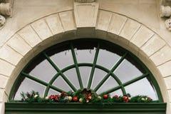 在窗口, celebratio的时髦的豪华圣诞节葡萄酒诗歌选 免版税库存照片
