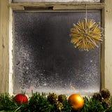 在窗口18的圣诞节装饰 免版税库存照片