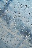 水滴在窗口 库存照片