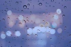在窗口Bokeh的雨珠 免版税库存照片