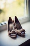 在窗台的妇女的鞋子 免版税库存照片