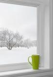 在窗台的绿色杯子 免版税图库摄影