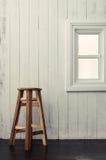 在窗台附近的圆的木椅子 免版税库存图片