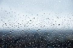 在窗玻璃成串珠状的雨珠 库存图片