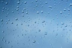 在窗玻璃的雨珠 免版税库存照片