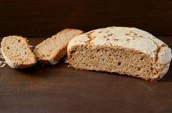 在立即可食木的背景的自创切的开胃新鲜面包 烘烤围绕在桌上的面包与拷贝空间 库存图片