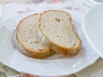 在立即可食白色的板材的两面包 图库摄影