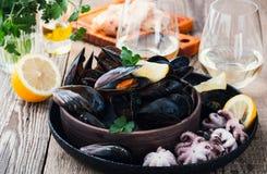 在立即可食陶瓷碗和婴孩的章鱼的煮沸的淡菜 免版税库存照片