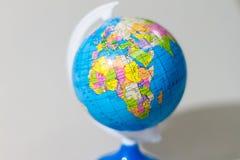 在立场的五颜六色的地球与非洲大陆 免版税图库摄影