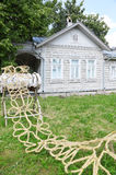 在立场的结辨的秸杆在房子附近 免版税库存图片