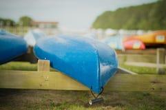 在立场的蓝色皮船 库存照片