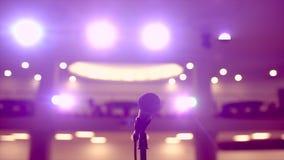 在立场的话筒在光阶段在背景,特写镜头,等待的表现的 研讨会报告人会议 股票视频