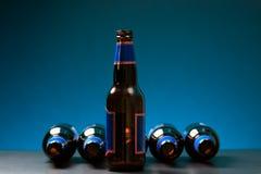 在立姿的空的瓶与躺下其他的瓶 免版税库存照片