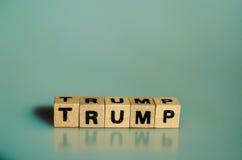 在立方体写的词王牌 免版税库存照片