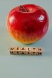 在立方体和苹果写的词健康 免版税库存图片