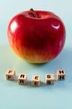 在立方体和苹果写的词新鲜 库存图片