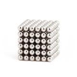 在立方体形状的磁性金属球 图库摄影
