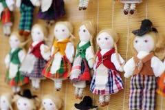 在立陶宛全国服装的逗人喜爱的手工制造ragdoll玩偶在复活节市场上卖了在维尔纽斯 库存图片