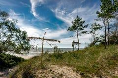 在立陶宛沿海风景的海岸地区与沙滩、沙丘与滨草草和风大浪急的海面在一个清楚的夏日 库存图片