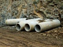 在站点的水泥具体排水设备管子 库存照片