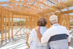 在站点的甜资深夫妇在他们新家庭建筑构筑里面 库存图片