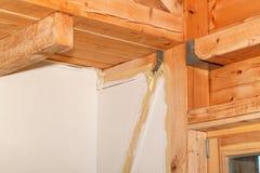 在站点的石膏板 绝缘材料的设施在一个生态家 对在建筑业的石膏板的用途 免版税库存照片