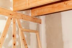 在站点的石膏板 绝缘材料的设施在一个生态家 对在建筑业的石膏板的用途 库存照片