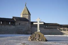 在站点的纪念十字架在普斯克夫克里姆林宫毁坏了通告大教堂 库存图片