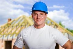 在站点的建造者安全帽的,微笑 免版税库存照片