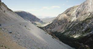 在站立一起观看的令人惊讶的风景山全景的年轻新婚佳偶的寄生虫飞行在优胜美地国立公园 股票录像