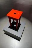 在站立在一把红色椅子的有启发性指挥台上 免版税图库摄影
