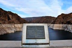 在站立在亚利桑那和内华达的胡佛水坝上状态行 库存图片
