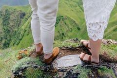 在站立在山的爱的夫妇 走沿美好的自然的年轻夫妇 婚姻在乔治亚 免版税库存图片