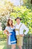 在站立在庭院里的传统巴法力亚衣裳的夫妇 免版税图库摄影