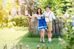 在站立在庭院里的传统巴法力亚衣裳的夫妇 库存照片