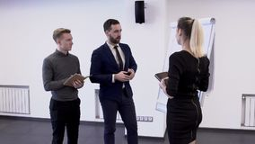 在站立在现代办公室的起始的项目的年轻专业队工作 股票录像