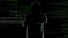 在站立在生气蓬勃的计算机编码前面的有冠乌鸦的男性黑客剪影 影视素材