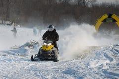 在竞争冬天短跑的雪上电车2014年 免版税图库摄影