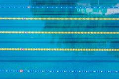 在竞争奥林匹克大小室外游泳池的车道 镇静水背景 免版税图库摄影