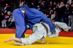 在竞争柔道的战斗机judokas 免版税图库摄影