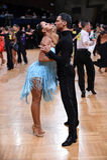 在竞争的拉丁美洲的夫妇跳舞 免版税库存图片