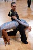 在竞争的拉丁美洲的夫妇跳舞 库存照片
