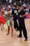 在竞争的拉丁美洲的夫妇跳舞 免版税库存照片