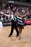 在竞争的拉丁美洲的夫妇跳舞 库存图片
